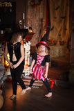 De zustersmeisjes beheksen met bezem Halloween Stock Afbeeldingen