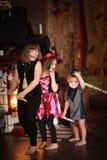 De zustersmeisjes beheksen met bezem Halloween Stock Foto