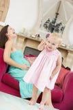 De zwangere buik van de moederholding in pijn royalty-vrije stock fotografie
