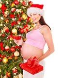 De zwangere doos van Kerstmis van de vrouwenholding. Stock Fotografie