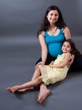 De zwangere Indische Vrouw van het Oosten met haar Dochter Royalty-vrije Stock Foto