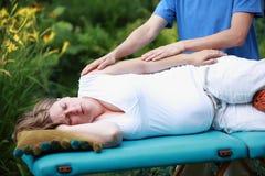 De zwangere massage van het vrouwenwapen door fysiotherapeut Royalty-vrije Stock Afbeelding