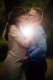 De zwangere mooie vrouw en haar het knappe echtgenoot mooie ontspannen op aard, hebben picknick in de herfstpark Stock Foto's