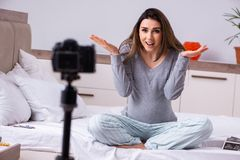 De zwangere video van de vrouwenopname voor haar blog royalty-vrije stock afbeeldingen