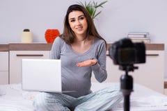 De zwangere video van de vrouwenopname voor haar blog royalty-vrije stock foto