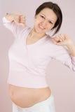 De zwangere vrouw is bezig geweest met geschiktheid stock fotografie