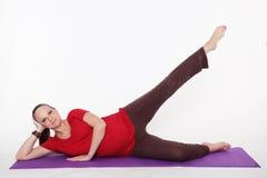 De zwangere vrouw doet yoga Royalty-vrije Stock Afbeelding