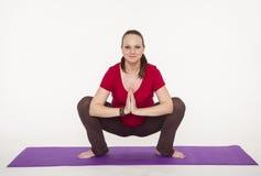 De zwangere vrouw doet yoga Stock Foto's