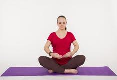De zwangere vrouw doet yoga en het mediteren Royalty-vrije Stock Foto