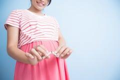 De zwangere vrouw hield met op rokend Stock Foto's