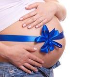 De zwangere vrouw koestert haar buik royalty-vrije stock afbeeldingen