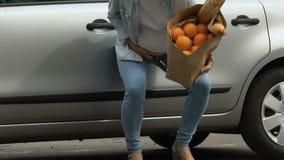 De zwangere vrouw laat vallen zak met voedsel, voelt de pijn van arbeidssamentrekkingen, mislukking stock footage