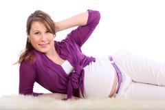 De zwangere vrouw ligt op wit geïsoleerde bont royalty-vrije stock afbeelding