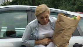 De zwangere vrouw lijdt aan pijn in buik, mislukking, voorbarige geboorte stock video