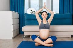 De zwangere vrouw mediteert stock foto's