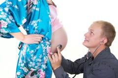 De zwangere vrouw met de mens isoleert stock afbeelding