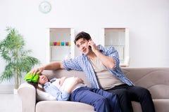 De zwangere vrouw met echtgenoot thuis Royalty-vrije Stock Afbeeldingen