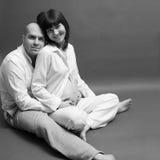 De zwangere vrouw met echtgenoot wat betreft buik, gelukkige ouders denkt Stock Foto