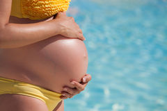 De zwangere vrouw met overhandigt buik Royalty-vrije Stock Foto