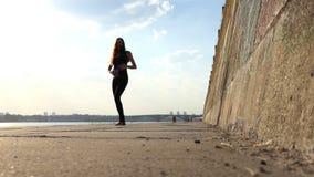 De Zwangere Vrouw van Nice in Zwarte Kostuumdansen op Riverbank op Sunny Day in slo-Mo stock videobeelden