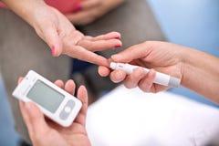 De zwangere vrouwen controleren bloedsuiker Stock Fotografie