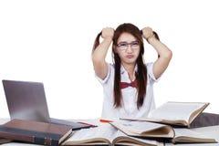 De zware donkerbruine student grijpt haar haar Stock Foto