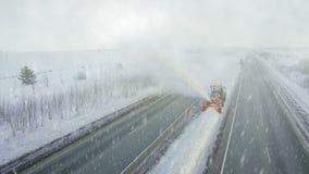 De zware grote daling van de onweerssneeuw, schone nivelleermachine verwijdert sneeuw, sneeuwploeg, sneeuwblazer, ontploffingssne stock footage