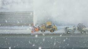 De zware grote daling van de onweerssneeuw, schone nivelleermachine verwijdert sneeuw, sneeuwploeg, sneeuwblazer, ontploffingssne stock video