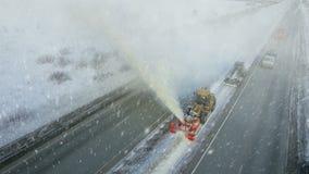 De zware grote daling van de onweerssneeuw, schone nivelleermachine verwijdert sneeuw, sneeuwploeg, sneeuwblazer, ontploffingssne stock videobeelden