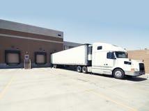 De zware lading van de goederenvrachtwagen bij pakhuis royalty-vrije stock afbeelding