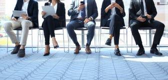 De zware mensen die op de baan wachten interviewen stock afbeelding