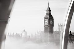 De zware mist raakt Londen stock afbeeldingen