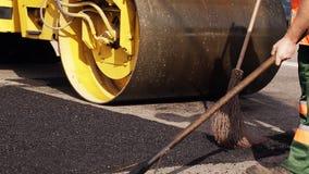 De zware pers van de Trillingsrol op de werk van de asfaltbestrating voor weg het herstellen stock footage