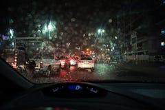 De zware regen en de onweersbui raken Abu Dhabi en andere delen van de V.A.E in de avond stock foto