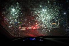 De zware regen en de onweersbui raken Abu Dhabi en andere delen van de V.A.E in de avond stock foto's