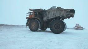 De zware vrachtwagens van de mijnbouwstortplaats stock footage