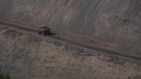 De zware vrachtwagens van de mijnbouwstortplaats stock videobeelden