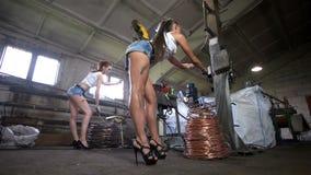 De zware vrouwen werken in de kabelfabriek stock video