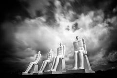 De zwart-wit beeldhouwwerk` Mensen op zee ` Stock Afbeelding