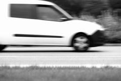 De zwart-witte achtergrond van de autolevering Stock Foto