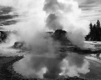 De zwart-witte bezinning van de geiserpool Stock Fotografie