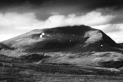De zwart-witte donkere achtergrond van het berglandschap Royalty-vrije Stock Foto