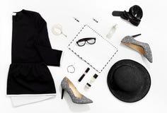 De zwart-witte kleren en de toebehoren van manier modieuze vrouwen Stock Fotografie