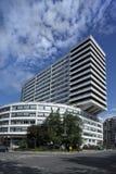 De zwart-witte lange moderne bouw in Parijs   Royalty-vrije Stock Afbeeldingen