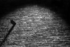 De zwart-witte oude donkere achtergrond van de grungebakstenen muur Royalty-vrije Stock Foto