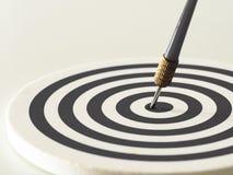 De zwart-witte pijl die van het bullseyepijltje doelcentrum van dartboard raken Concept succes, doel, doel, voltooiing stock foto