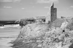 De zwart-witte ruïnes van het ballybunionkasteel Royalty-vrije Stock Afbeeldingen
