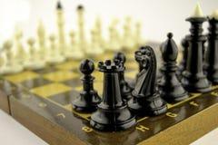 De zwart-witte schaakstukken bevinden zich op een schaakbord v??r het begin van het spel royalty-vrije stock afbeeldingen