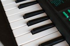 De zwart-witte sleutels van een piano Stock Afbeeldingen