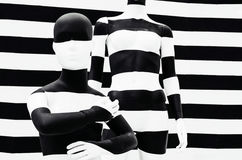 De zwart-witte strepen van de kunstledenpop, op gestreept met zwart-witte strepen vermomming stock fotografie